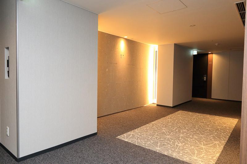 写真は11階のエレベータホールで、中央に見える部分にも「札幌軟石」が用いられており各階でデザインが異なるようだ