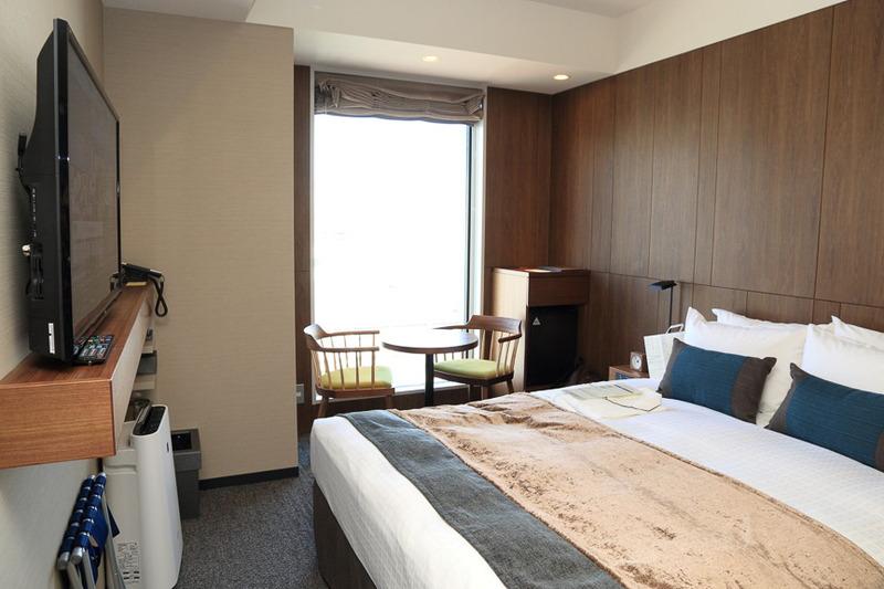 ベッドサイズが大きく、1人でも2人でも使いやすい機能を備えた客室