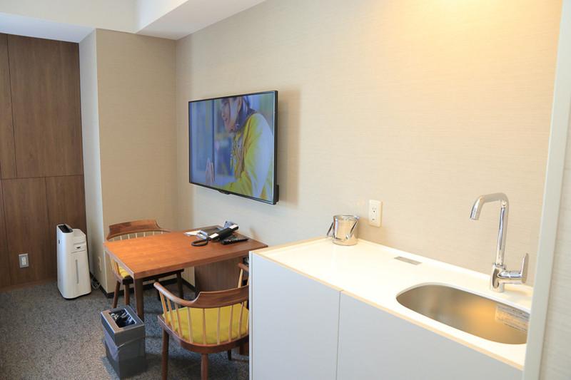 個別トイレ、ミニキッチン付きでトリプル対応可能な客室