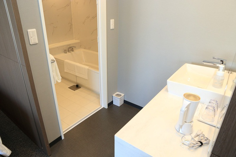 ゆったりとしたソファがあり、トイレ、浴室、洗面が独立している。4名まで対応可能な客室