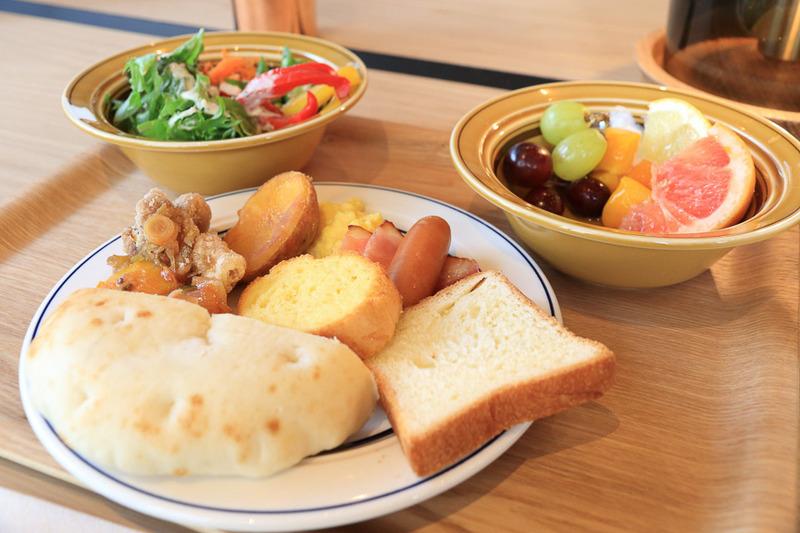 朝食は豊富な野菜や果物を選べるビュッフェでスープやドリンクも充実