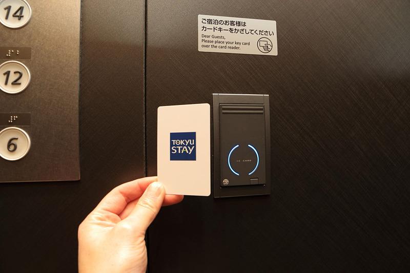 タッチ式のICカードキーでエレベータの移動や客室の解錠をする