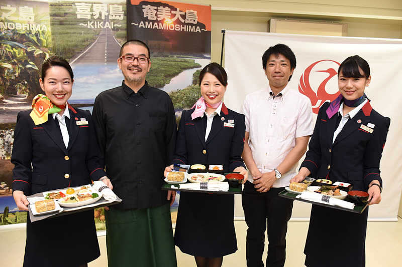 プチリゾート ネイティブシー奄美の支配人 里井大起氏(右から2番目)、料理長 藤山聡氏(右から4番目)を交えて