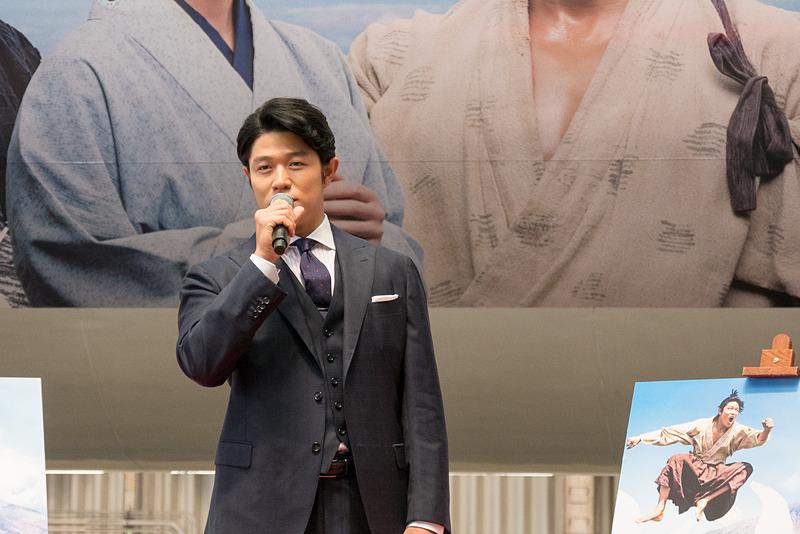 西郷どん特別塗装機をバックに、自身を描いた飛行機や、鹿児島への思いを語る鈴木亮平さん
