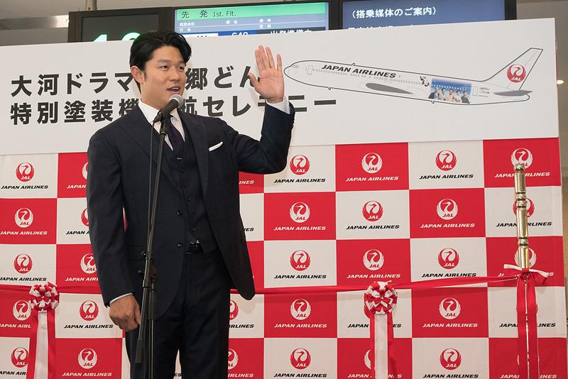 搭乗ゲートに鈴木亮平さん。大河ドラマ「西郷どん」を見てる人? と問いかけると周囲の乗客全員が挙手
