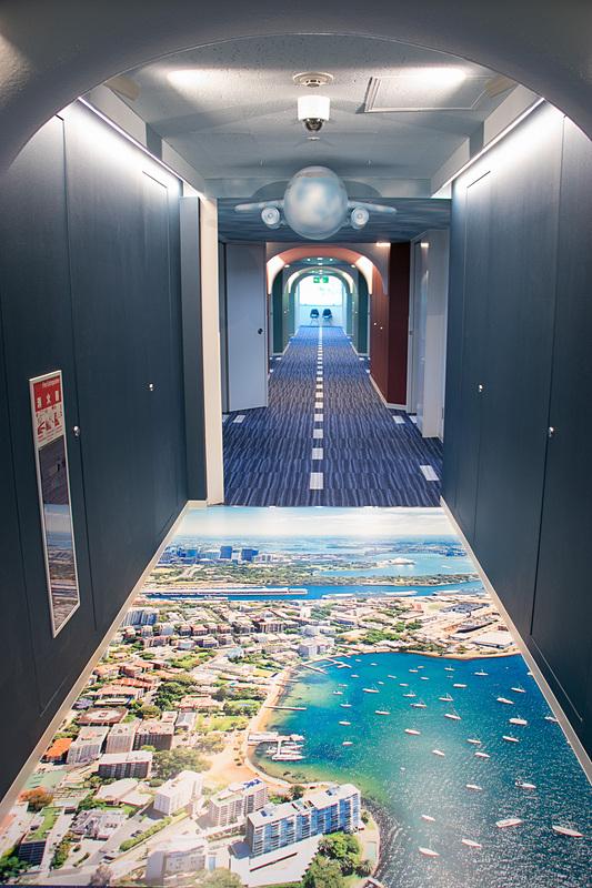 保育園の中央の廊下は滑走路をイメージしたデザインになっている