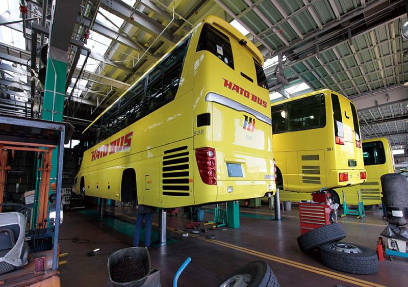 創業70周年を迎えるはとバスが、初めて自社の整備工場を一般公開。見学を組み込んだバスツアーを実施する