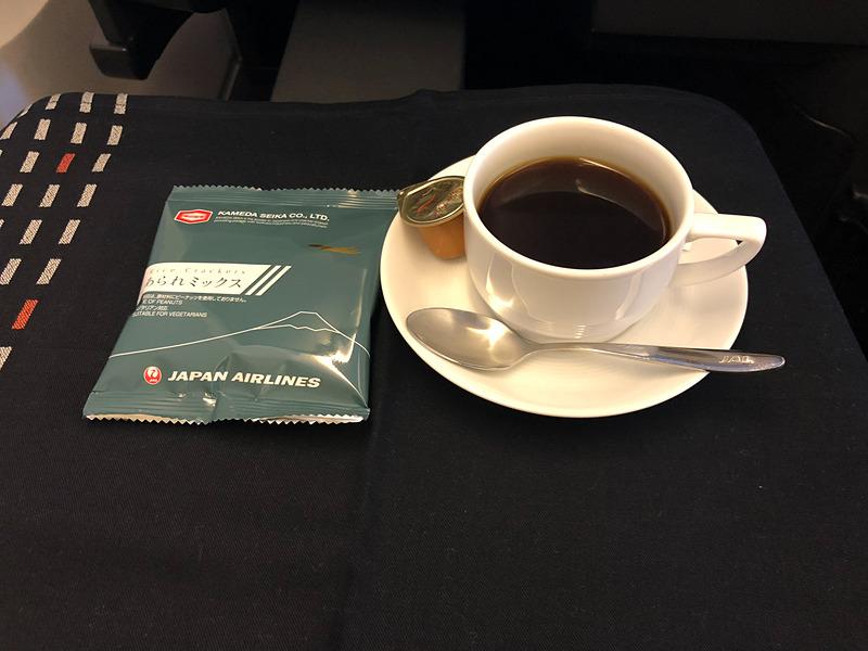 食前のコーヒーと定番の「あられミックス」