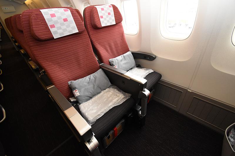 JAL SKY SUITE仕様のボーイング 767-300ER型機(SS6)のエコノミークラスキャビン