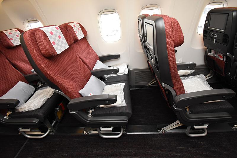 座面の奥行きと空間を見比べるとシート間隔の広さがよく分かる