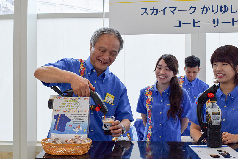 市江社長も自らアイスコーヒーの泡立てに挑戦