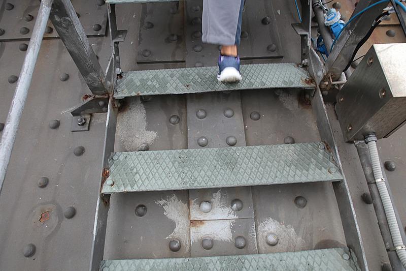 ブリッジクライムは、この装備で行なう。まずは内側のアーチに取り付けられた通路を登っていく