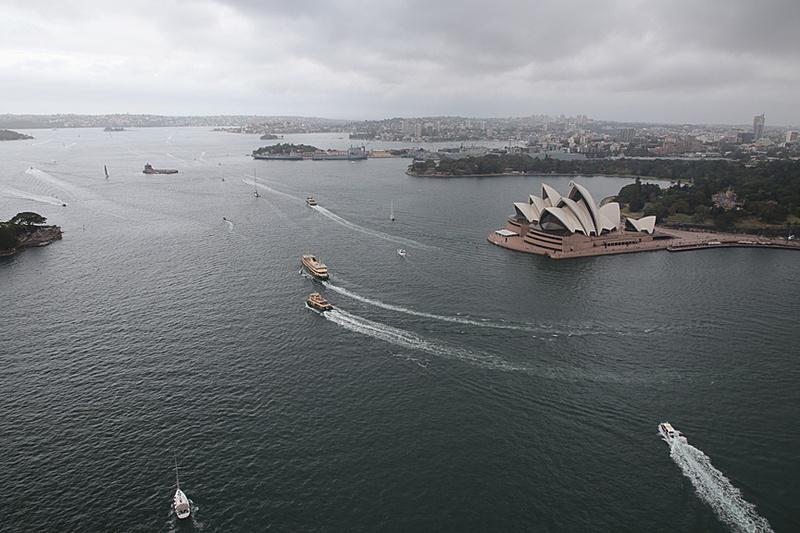 東の方向、オペラハウスが間近だ。シドニー湾をこちらの方向に進むと南太平洋につながっている