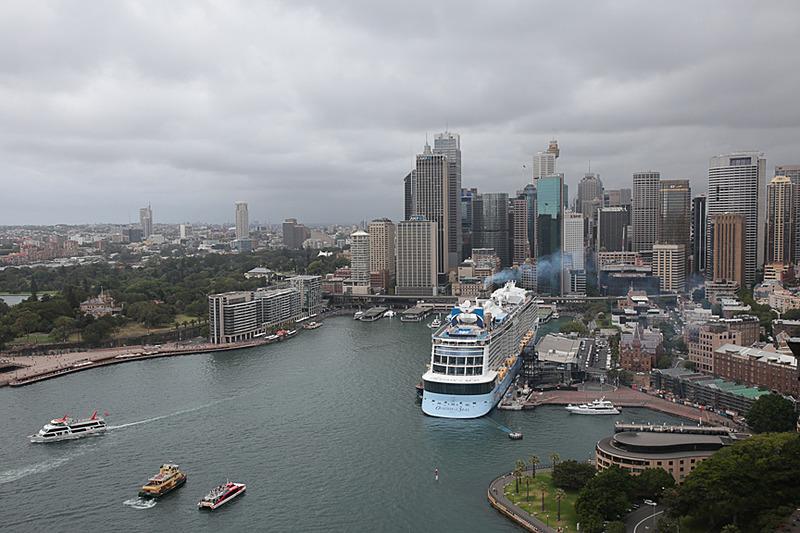 シドニー中心街はハーバーブリッジの南側。停泊している客船は OVATION OF THE SEAS