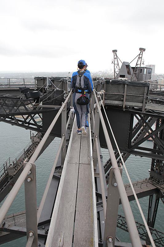 ここまで橋の東側のアーチを登ってきたが、細いキャットウォークを通って西側へ