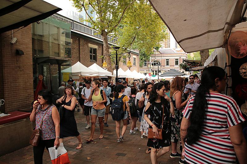 週末はマーケットが並ぶロックスの街並み