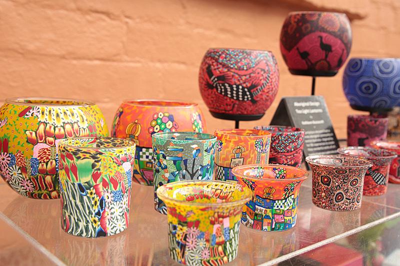 バスソルトやガラス細工など色とりどりの手作り雑貨は、見ているだけで楽しくなる