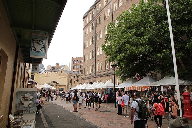 プレイフェア通り(Playfair St.)も多くのオージーや観光客で賑わう