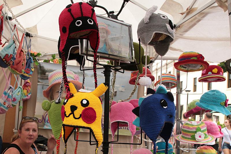 果物や手作りのおもちゃ、手編みのニットの帽子なども売られている。もちろん、価格交渉も可能だ