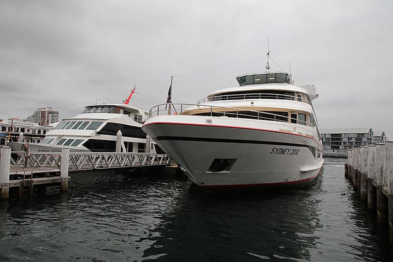 ダーリン・ハーバーの船着場にあるキャプテン・クック・クルーズのチケットオフィスで発券する。目の前に同社所有の船が停まっている。今回搭乗するのは「MV Sydney 2000」だ