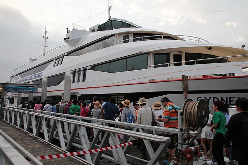 アサインされた乗船時間が近づくと、乗客が集まってくる。取材時は18時50分に乗船開始