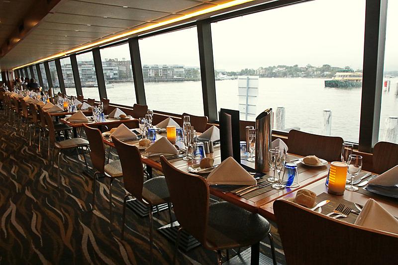 船内は、ロアデッキ(下の階)とアッパーデッキ(上の階)がある。写真はアッパーデッキで、窓際と中央に席がある