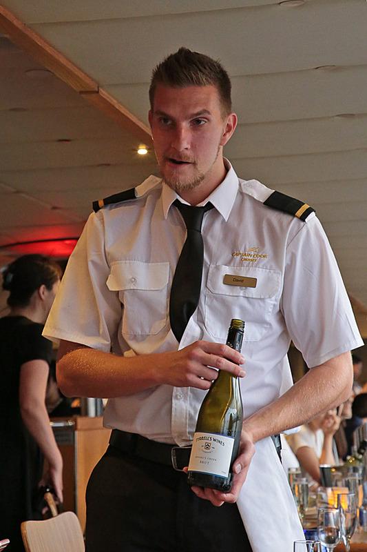 """乗船後すぐにワインのサーブがはじまる。ウェルカムワインには、オーストラリアのワイナリー Tyrrell's の""""Moore's Creek Sparkling Brut""""をいただいた。身のこなしの優雅さに、思わず写真もたくさん撮る"""