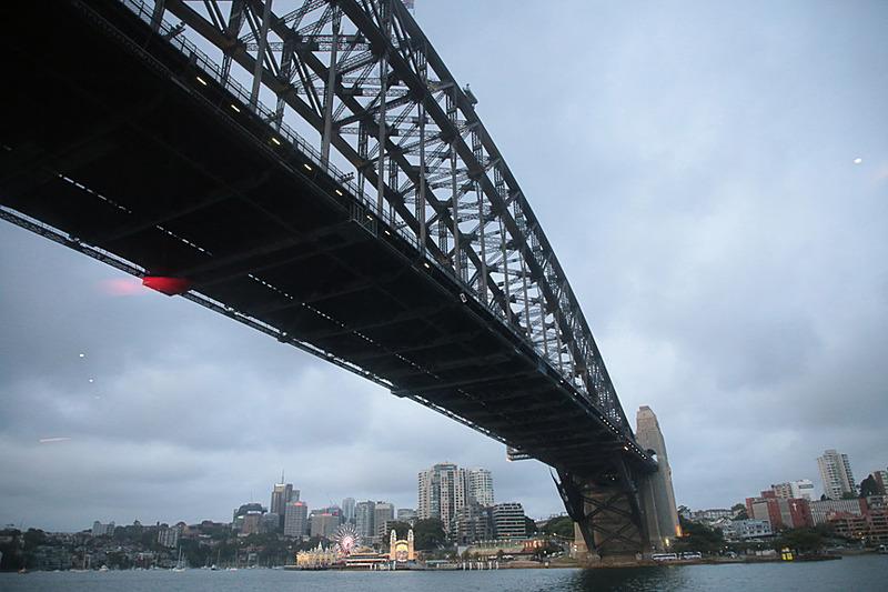 出港して10分ほどでハーバーブリッジをくぐり、シドニー湾へ。湾内は穏やかで船はほとんど揺れない