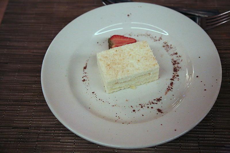 デザートは「Coconut mousse, smooth coconut cream mousse on sponge base topped with toasted coconut Chocolate hazelnut cloud, with a silky-smooth centre」