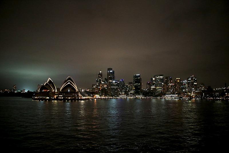 再びオープンデッキへ。刻々と変化する調和された夜景が美しい