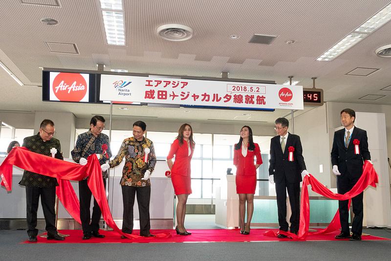インドネシア・エアアジアXのCA(客室乗務員)も参加して、リボンセレモニー