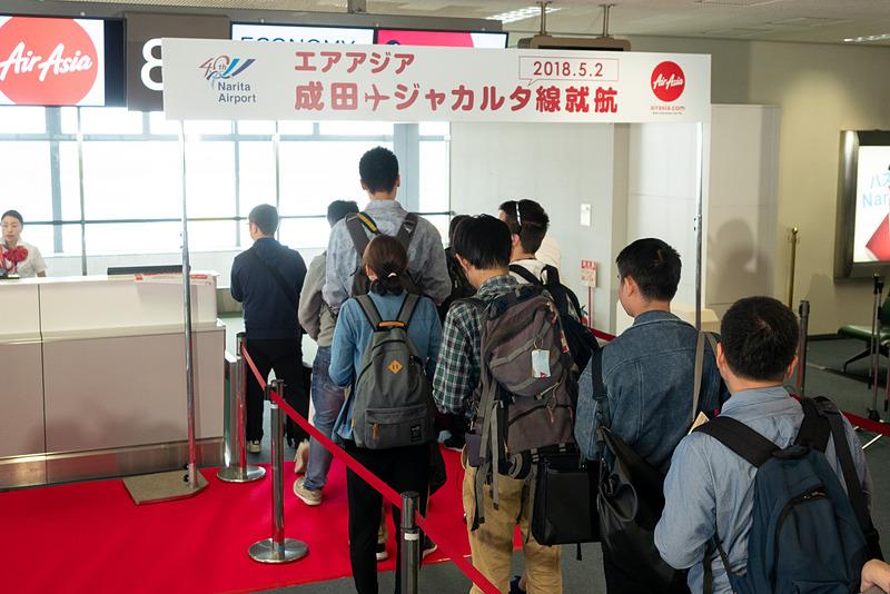 300名を超える乗客が成田発XT408便の初便に搭乗。最前方の12席がビジネスクラスとなっており、プレミアムシート利用者は優先搭乗を利用できる