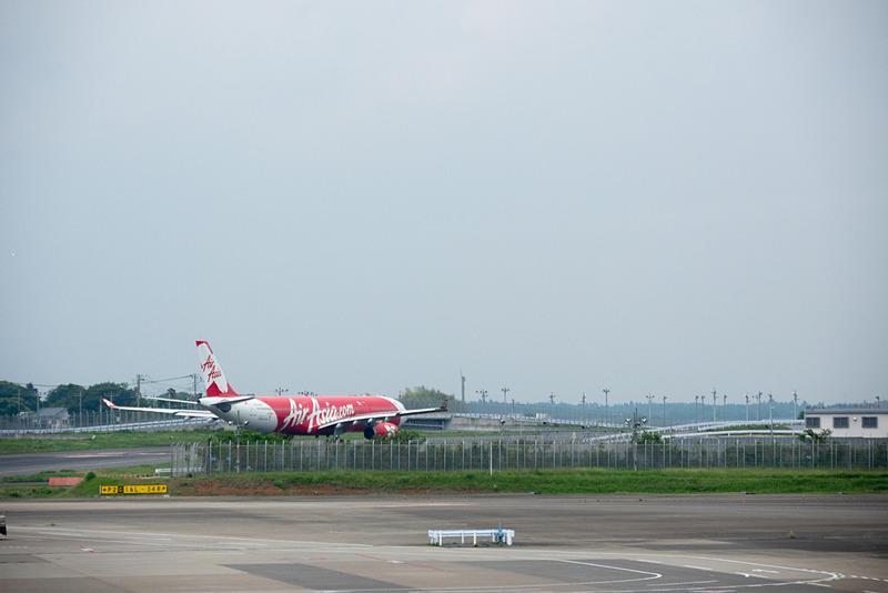 B(16L)滑走路から離陸するため地上走行していくXT408便