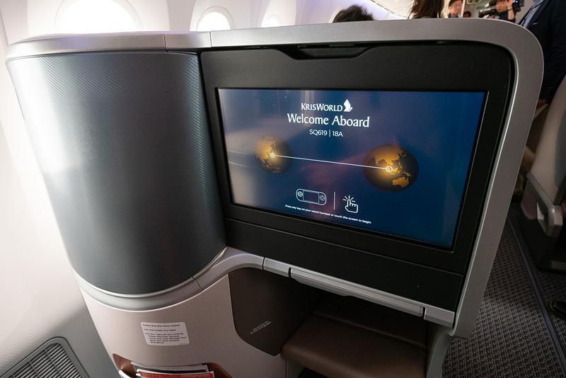 18インチのシートモニター。機内エンタテイメントシステムは日本語対応も充実