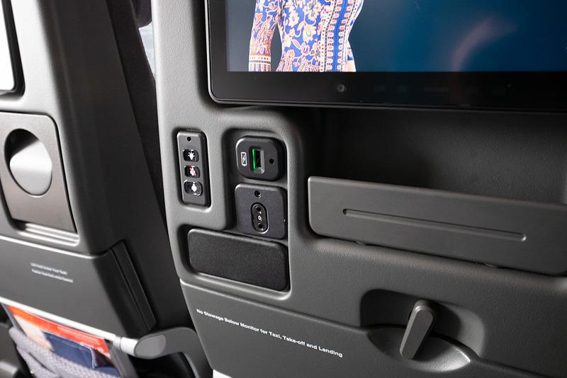 USB充電ポートや読書灯、CAコールボタンなども前席の背もたれ部に集約