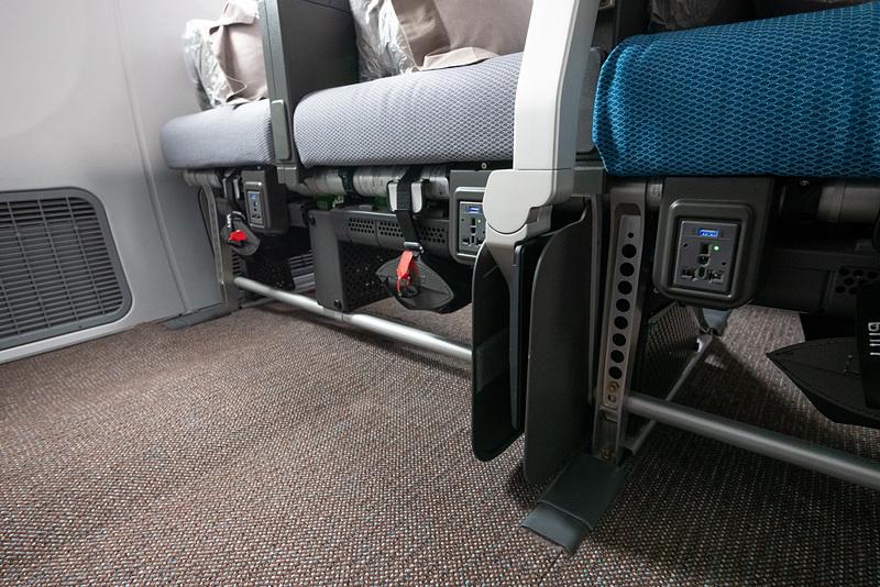 ユニバーサルAC電源はバルクヘッド席では1席につき1個、そのほかは3席につき2個を備える。前席側にあるので抜き差ししやすい