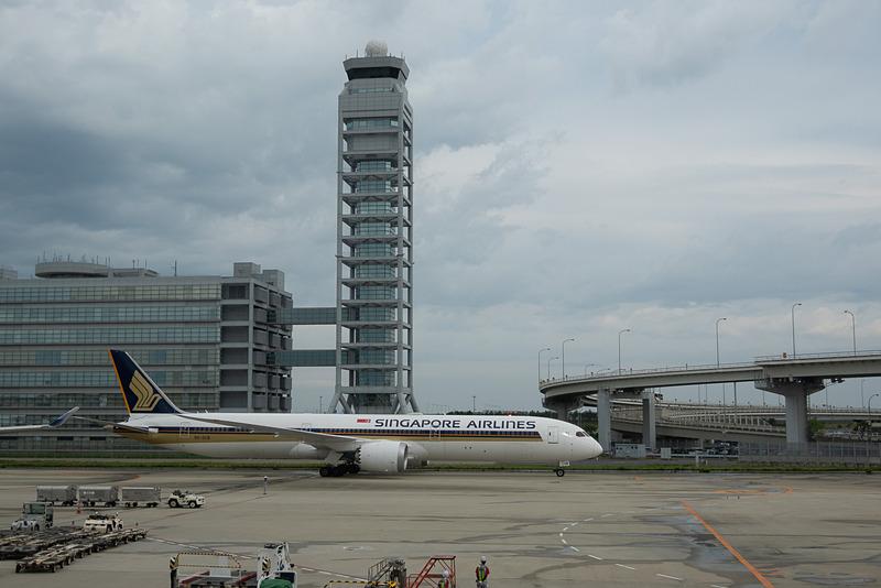 ボーイング 787-10型機の定期便初便となったSQ618便が関空に到着