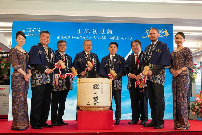 左から順に、シンガポール航空 日本支社長 デイヴィッド・ラウ氏、シンガポール航空 北アジア地区 リージョナルバイスプレジデント タン・ティオ・コー氏、シンガポール航空 コマーシャル担当エグゼクティブバイスプレジデント(副社長)  マック・スィー・ワー氏、シンガポール共和国大使館 首席公使 イサン・チュア氏、新関西国際空港株式会社 審議役 真鍋英樹氏、関西エアポート株式会社 専務執行役員 最高商業責任者(航空担当) グレゴリー・ジャメ氏