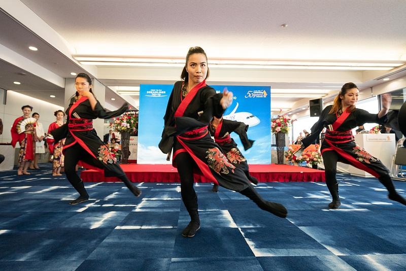 「新井風味」による和装でのダンスパフォーマンスや、奈良県の帝塚山学園中学校・高等学校 弦楽部による演奏(写真右下)が搭乗口を盛り上げた