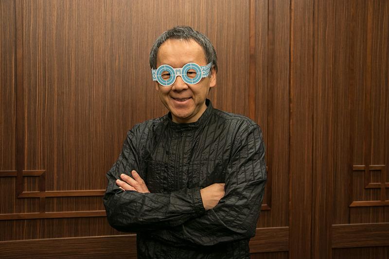 星野リゾート OMO7 旭川のリニューアルオープンセレモニーで来場者に配布された「OMO」をかたどったメガネをかける星野佳路氏