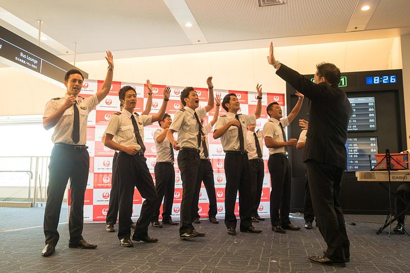 男の子憧れのパイロットによる「JAL空飛ぶ合唱団」が歌声を披露