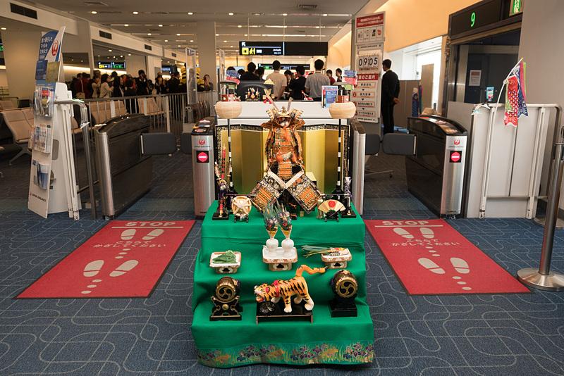 こいのぼりフライトの搭乗口に飾られた五月人形