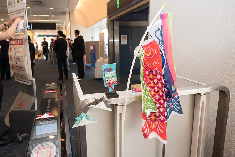 搭乗口には、端午の節句に関連したさまざまな装飾