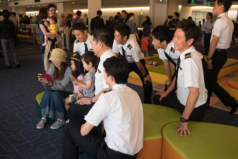 搭乗口のまわりではパイロットや男性スタッフらとの記念撮影などが行なわれ、普段あまり機会のない交流の場となった