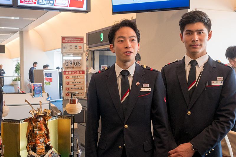 2018年のこいのぼりフライトに乗務する三木祐人さん(左)