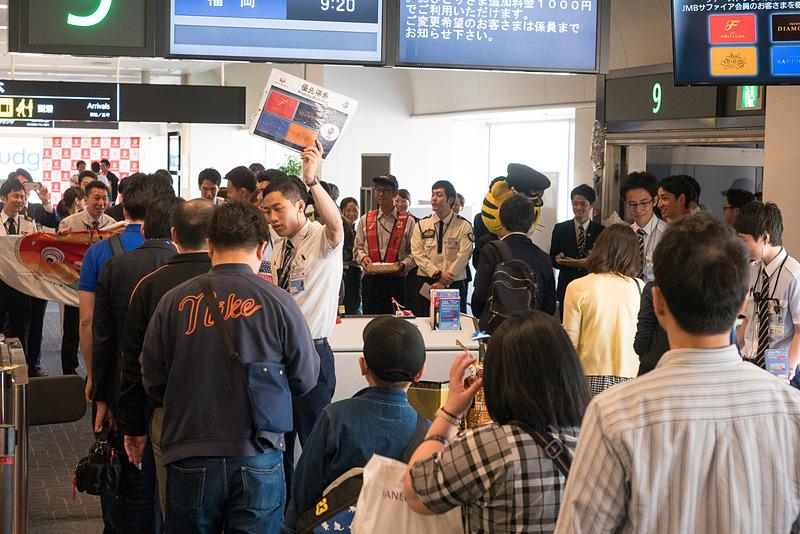 乗客には搭乗証明書や手書きメッセージを搭乗口で配布。搭乗口のアナウンスや改札スタッフも、もちろん男性のみ。機内ではハンドタオルと柏餅が配布されるという
