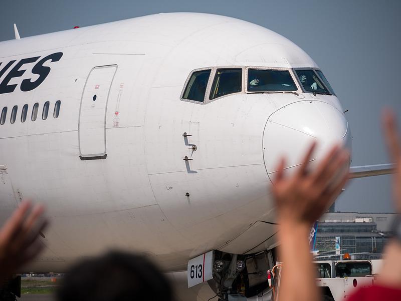 プッシュバックが始まったJAL311便へ手を振って見送り。パイロット2名も手を振って返す