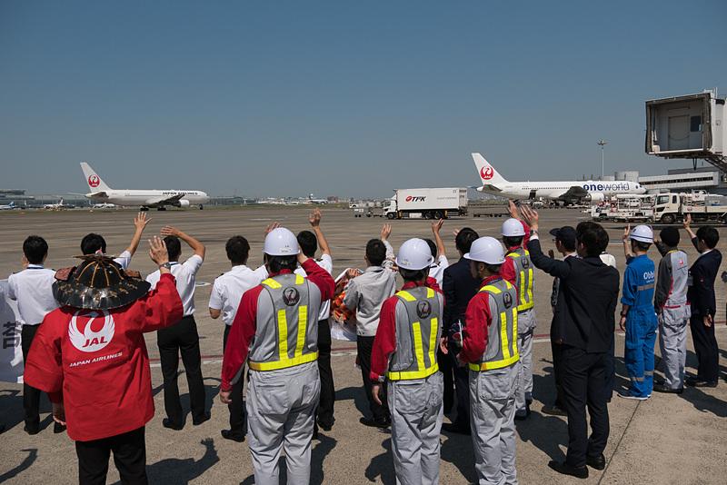 プッシュバックが終わり、トーイングカーが外れて出発。機体が見えなくなるまで手を振って見送られた