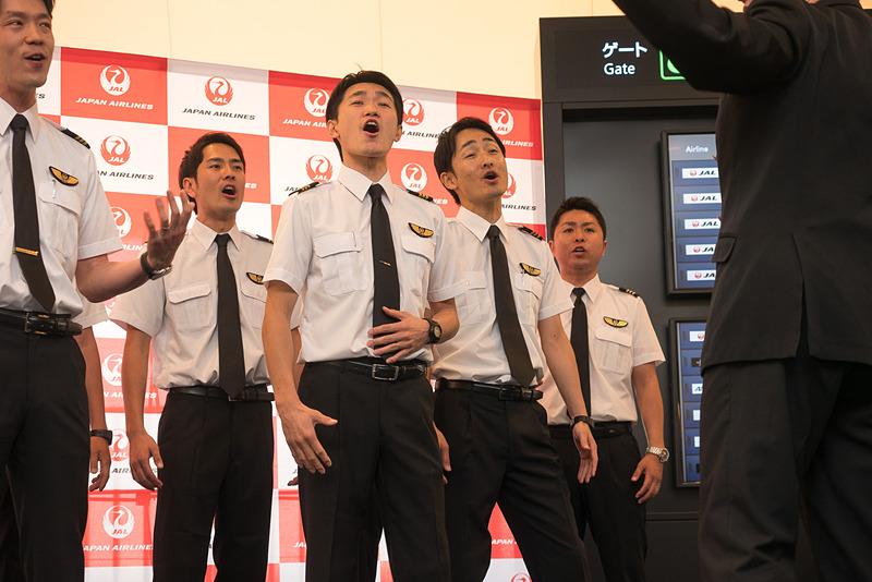「こいのぼりフライト」の搭乗口前でのステージはマイクなしで生の歌声を披露