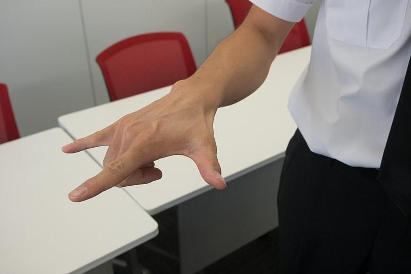 親指と人差し指、小指を立てて前に出すと「飛行機」を表わす